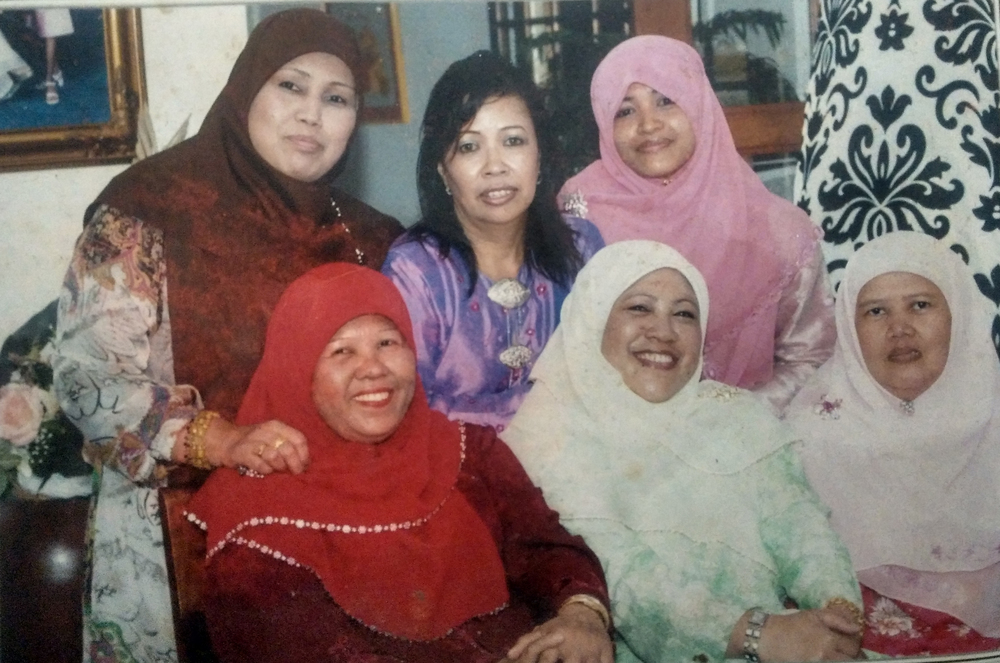 Nenek Faridah in red.