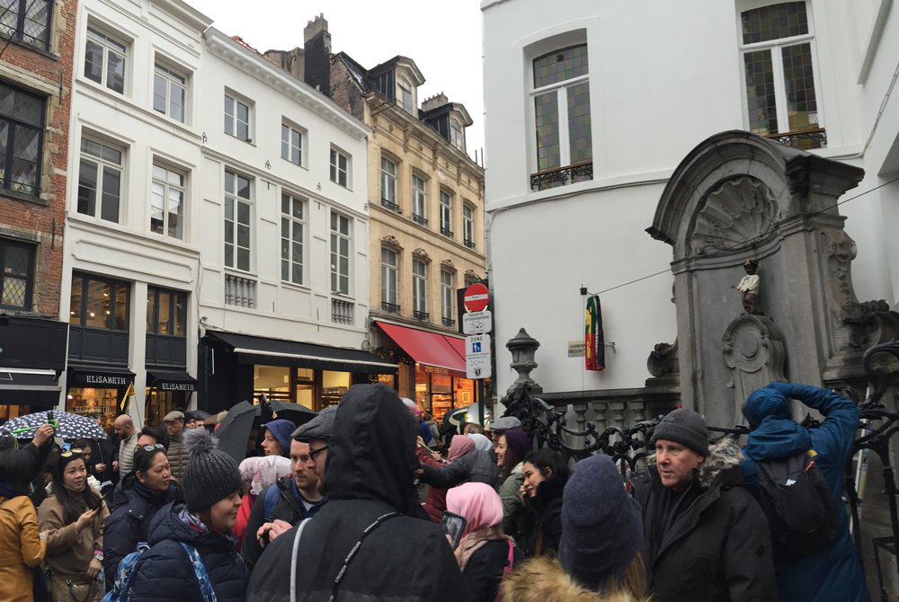 The tourists in front of the Manneken Pis