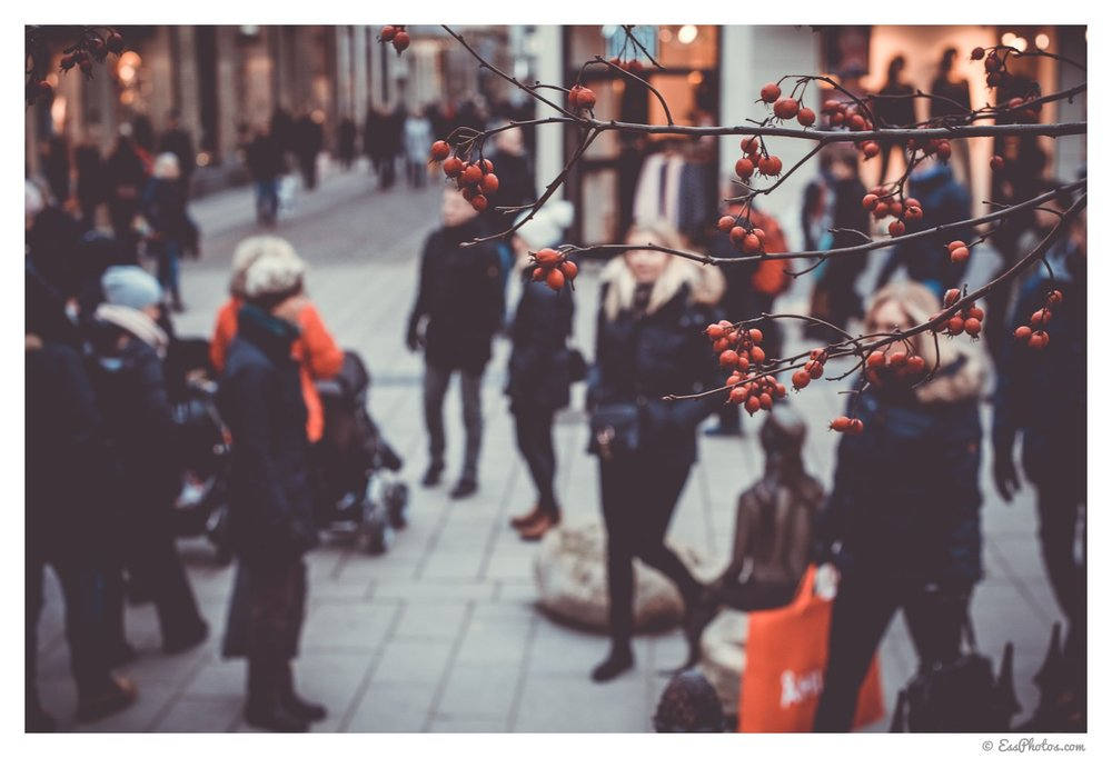 Christmas shopping in the center of Gothenburg. 50mm, 1/80, f/5.6, ISO 320. Shot on a full-frame camera.