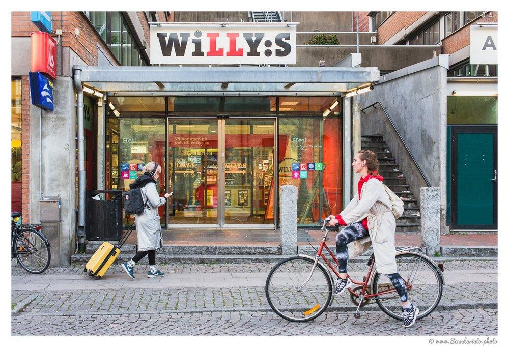 Willys news Roselundbron. 50mm on full frame. 1/250 sec, f/5.6, ISO 1600
