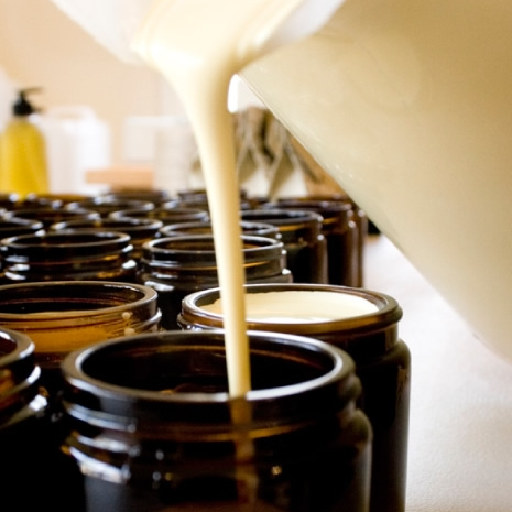 olieve-and-olie-pouring-organic-body-butter.jpg