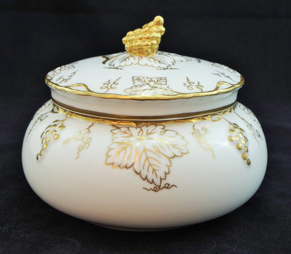 royal-crown-derby-vine-white-and-gold-round-covered-box-A775