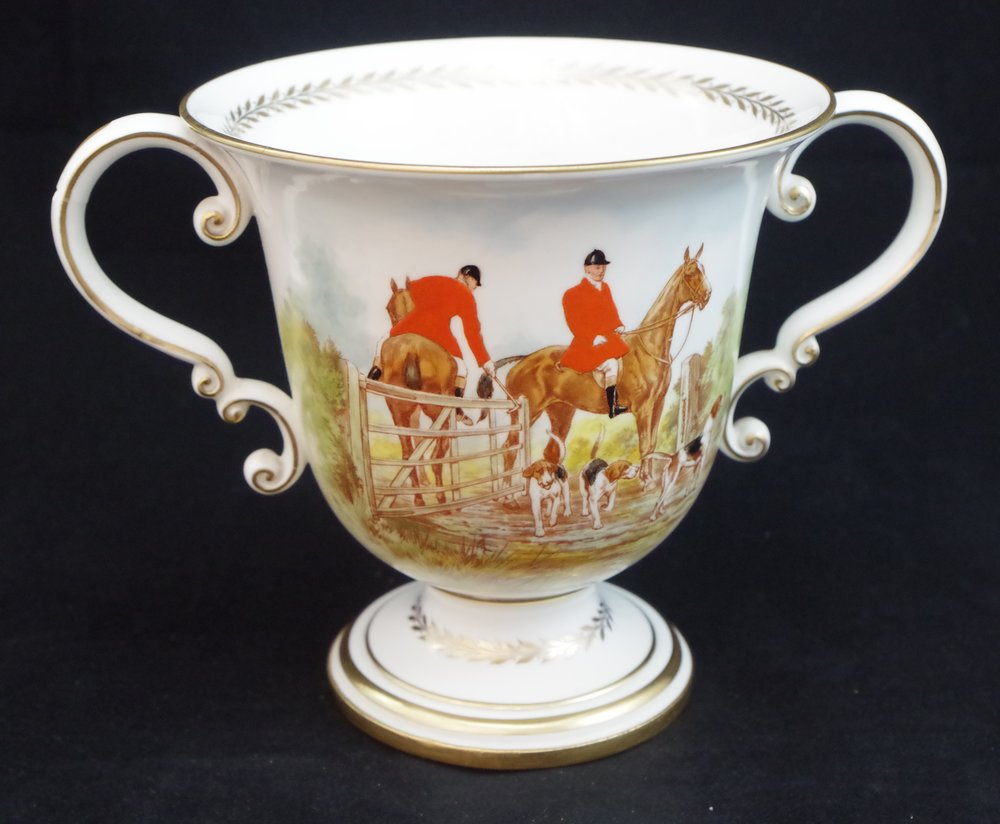 royal-crown-derby-large-trophy-vase-hunting-scene