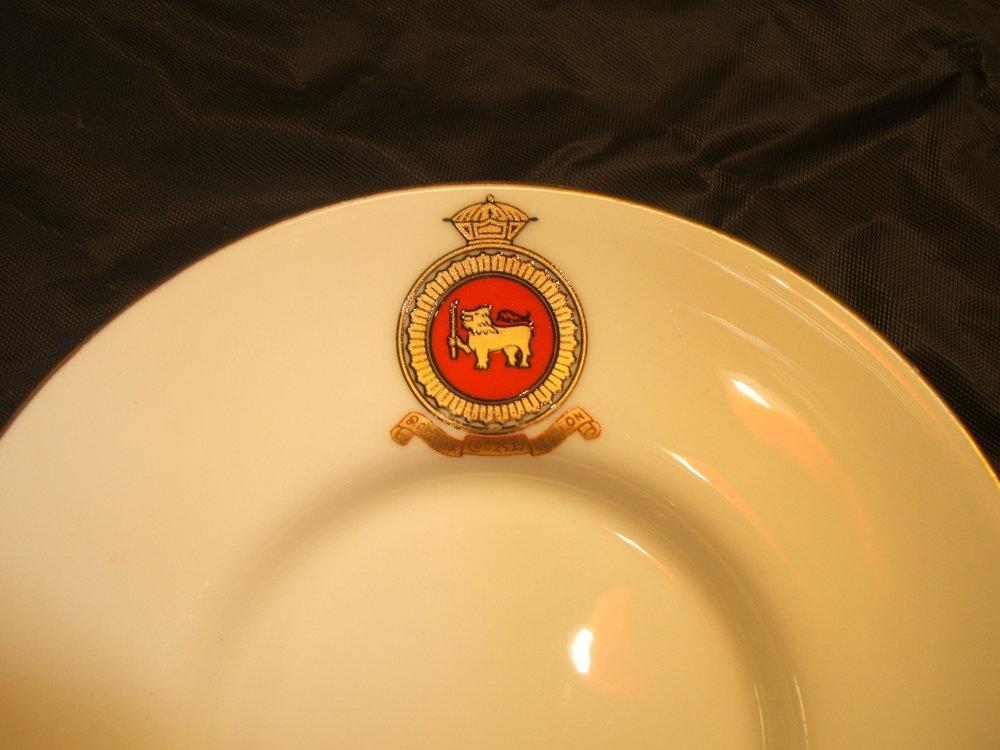 royal-crown-derby-edinburgh-shape-ceylon-crest-close-up