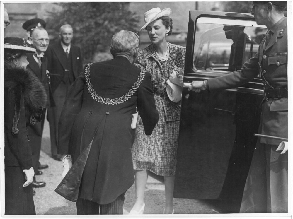 royal-crown-derby-duchess-of-kent-visit-1945-arrival-at-factory