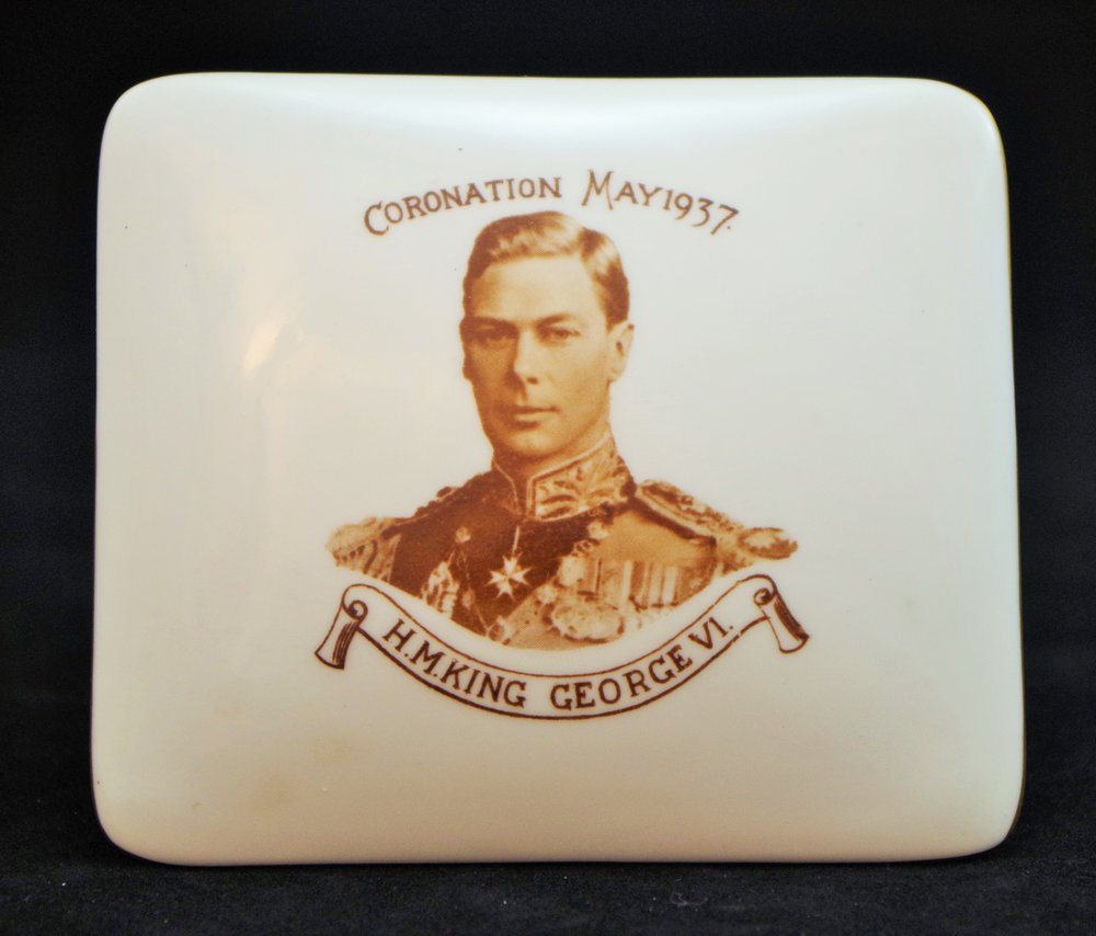 royal-crown-derby-george-VI-1937-betty-wherry-mark-coronation-box-shape-1920-A332.JPG