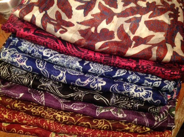 Handgebatikte Seidenschals aus Bali 29€  Hand-dyed silk scarves from Bali