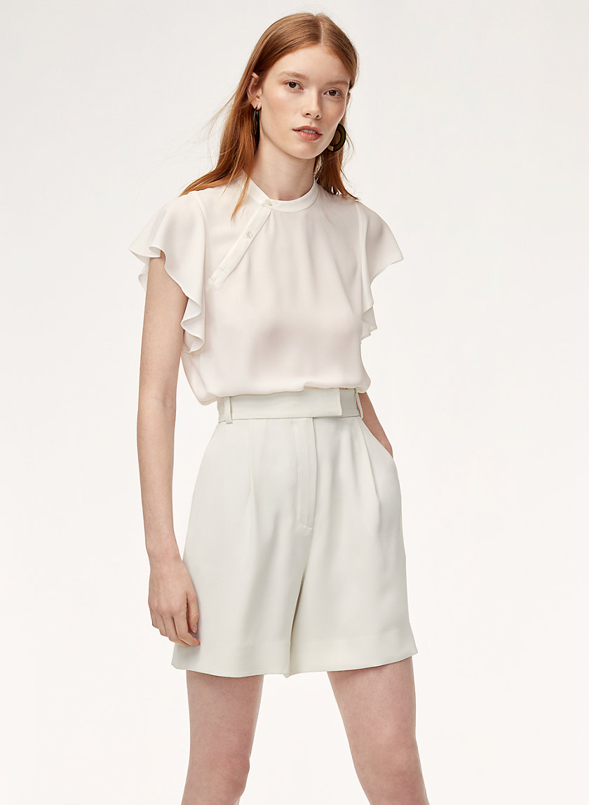 2. La chemise Aritzia est simple et délicate. Le col rappelle les cols Mao, ce qui fait un clin d'oeil au motif asiatique de la jupe. - photo www.aritzia.com