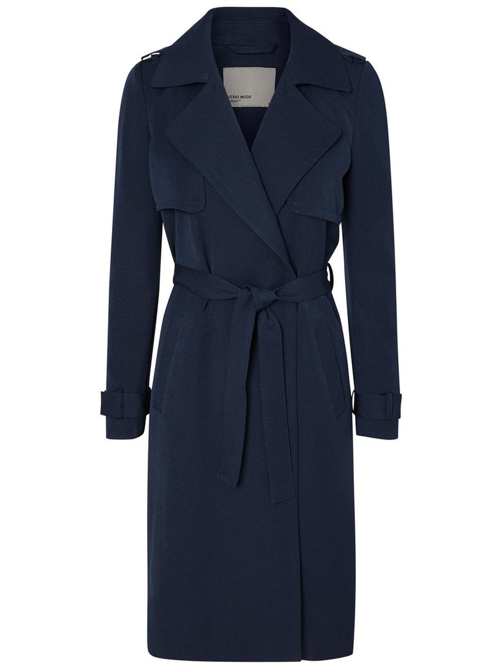 3. Le classique trench coat bleu marin qui s'agence parfaitement avec la majorité de notre garde-robe. - Vero Moda, photo www.veromoda.com