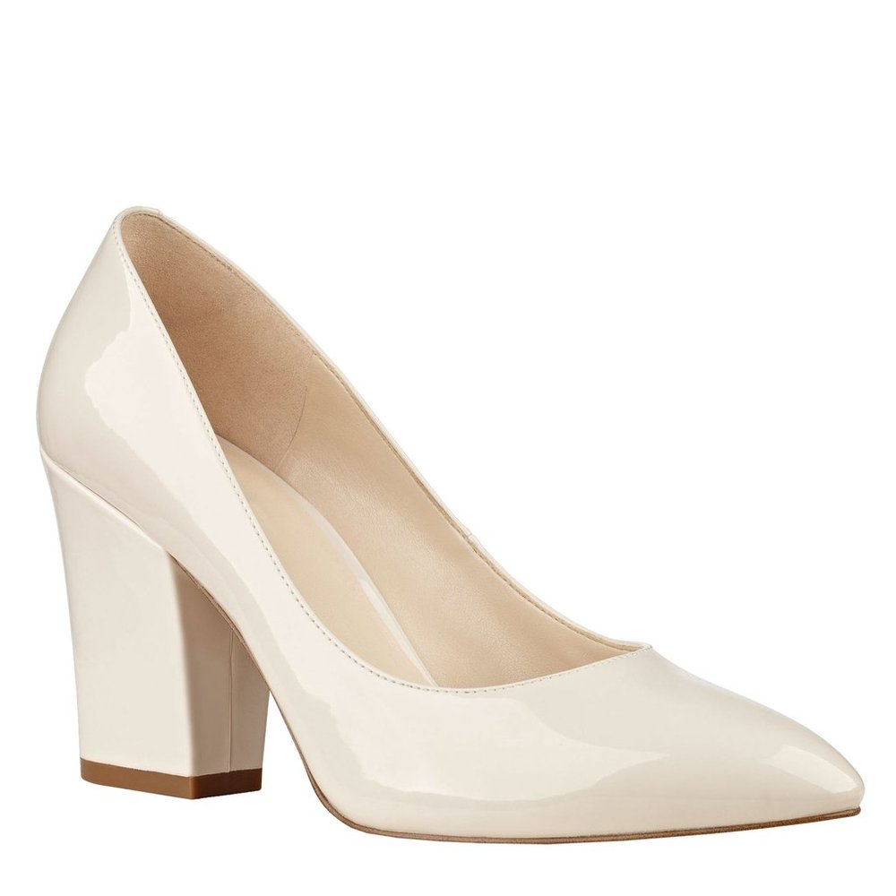 5. La dernière touche est une paire de chaussures crème aux talons blocs. J'aime le retour des chaussures aux teintes blanches, mais il faut les porter dans des occasions où elles le resteront ;). - Photo www.ninewest.com