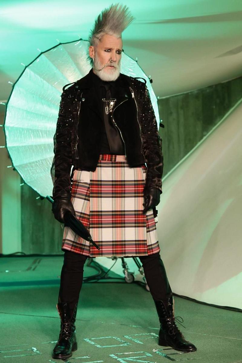 Homme punk d'âge mur pour la collection Automne-Hiver 2014