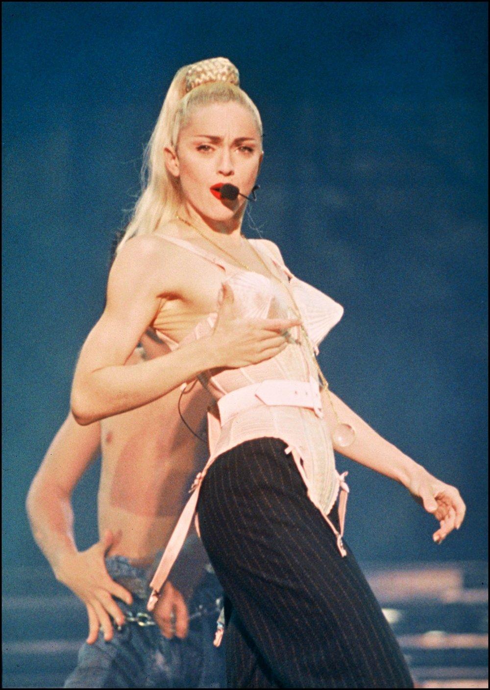 Madonna portant un corset Jean-Paul Gaultier sur mesure sur scène à Tokyo, le 18 avril 1990. Dans cette tournée elle simule la masturbation sur scène.