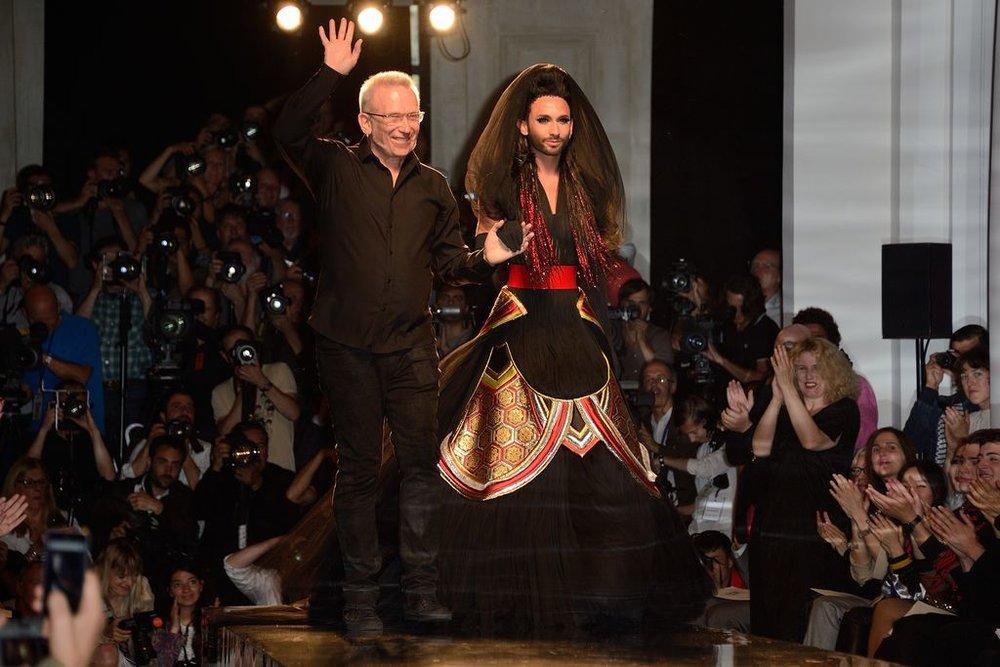 Le drag queen Conchita Wurst cloture en 2014 le défilé Jean-Paul Gaultier