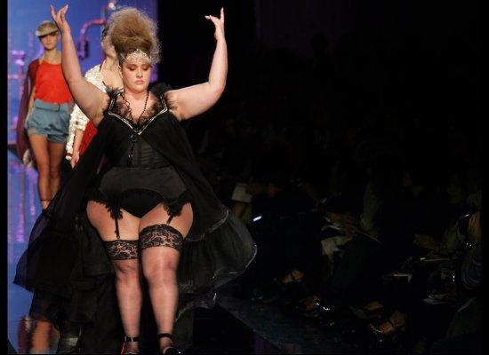 Velvet D'amour, mannequin taille plus, au défilé printemps-été 2007
