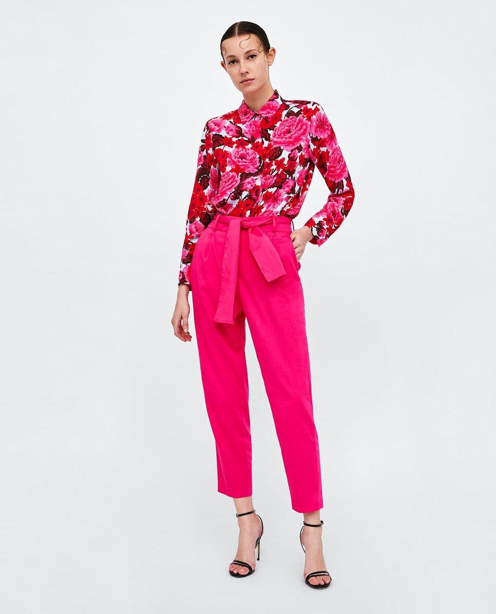 2. Le pantalon fuchsia de Zara a non seulement la couleur parfaite pour créer un ensemble coloré mais il a également une coupe que j'adore porter autant au travail que pour une soirée cocktail. - Zara, www.zara.com