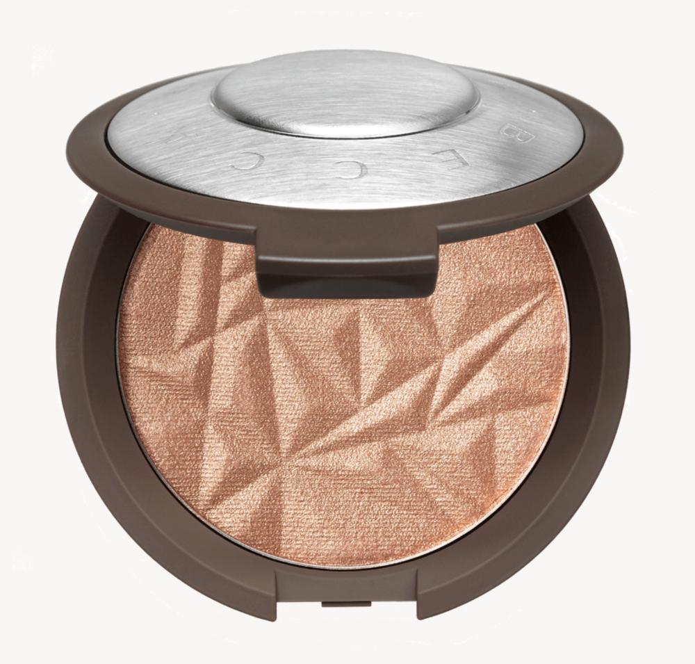 BECCAShimmering Skin Perfector - Les highlights sont un élément essentiel si on veut un maquillage plus lumineux. Il y a la gamme de produits Becca qui sont spécialisés en maquillage lumineux. Leurs produits donnent un effet perlé.