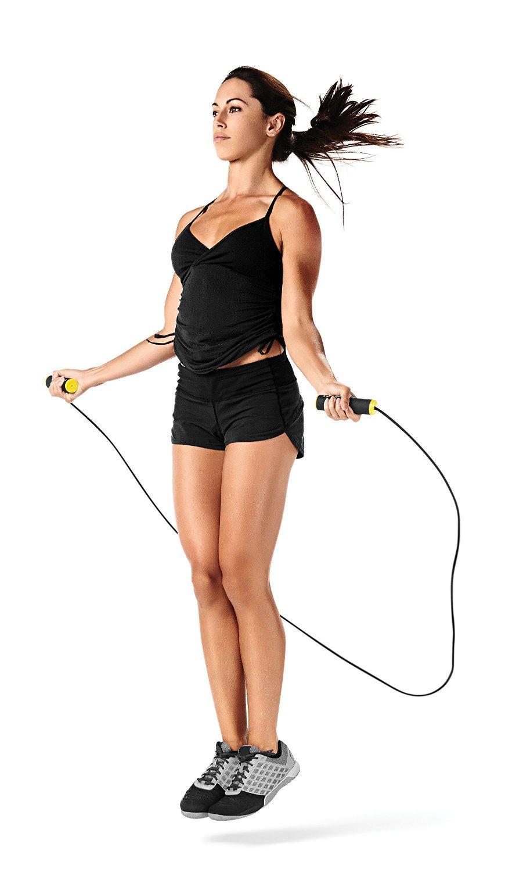 CORDE À DANSER - La corde à danser est l'item cardio par excellence. Elle requiert un espace suffisant pour s'y adonner, mais en dehors de cela: sudation assurée!