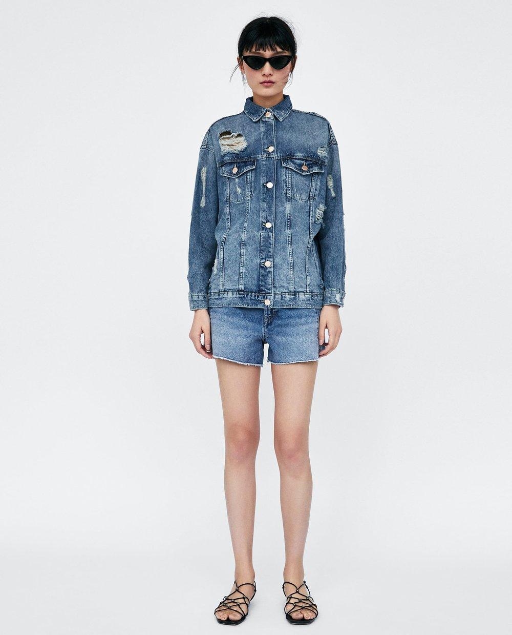 3. Avec la tendance tout denim, on peut se permettre de faire du mix and match en prenant une veste en jeans à la teinte différente du pantalon. Celle-ci de chez Zara est légèrement oversized pour un effet un peu tomboy. - Zara