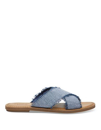 4. Eh oui ! On se la joue jeans jusqu'au bout des pieds. Cette sandale est tellement tout-aller que vous pourrez la porter avec à peu près tout. - Marque TOMS, disponible au La Baie