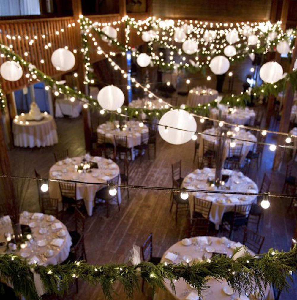 8. LES LUMIÈRES - Magnifique et très présente lors de mariage au thème rustique-chic ou bien romantique, l'utilisation de lumières de tout type est très tendance. Elles créent une ambiance feutrée et douce afin de bien profiter de la soirée. Osez les intégrer dans votre décor, peu importe que la réception soit à l'intérieur ou à l'extérieur.