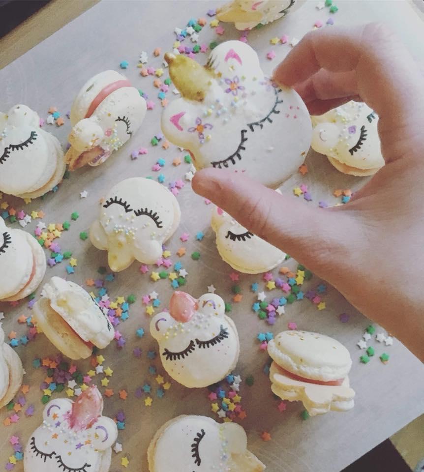 On va se bourrer la face dans les macarons licorne de Annie Macaron