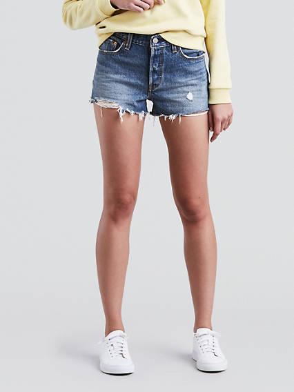 2. Un short en jeans est un incontournable de la garde-robe d'été. Il s'agence avec absolument tout et est hyper confortable, en plus vous allez bronzer vos petites cuisses blanches. Petit bémol, ne les prenez pas trop court, voir le pli fessier ça n'est pas très chic. - Levi's