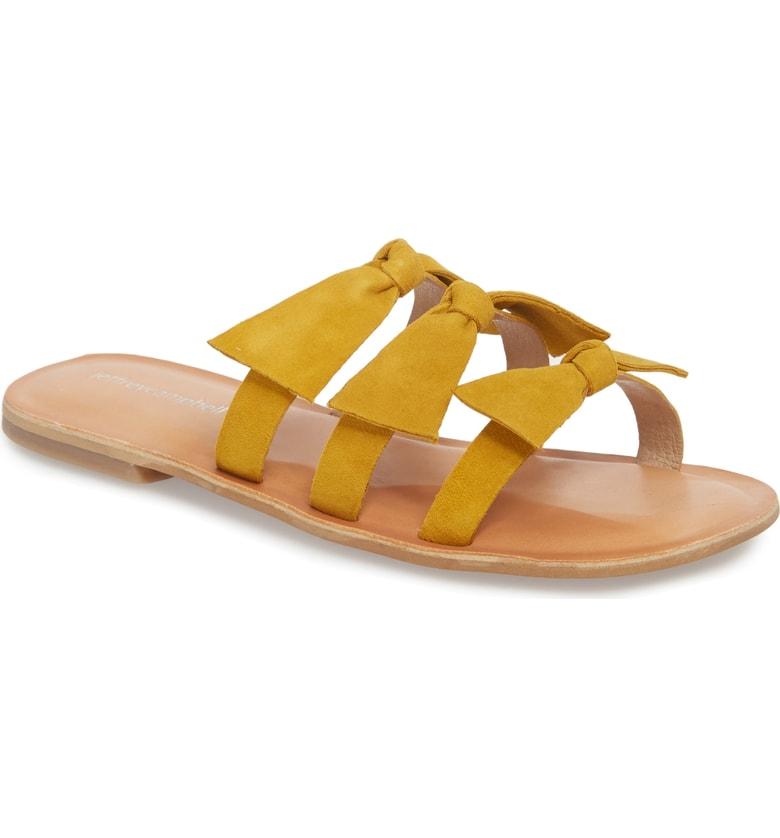 4. J'avais pour objectif de choisir des claquettes (ou slides en anglais) pour vous montrer cette tendance qui fait un retour remarqué (je me rappelle mon père qui les mettait avec des bas blancs dans les années 90), mais à la place j'ai eu un coup de foudre immédiat pour ces toutes mignonnes sandales à boucles jaunes. - Nordstrom