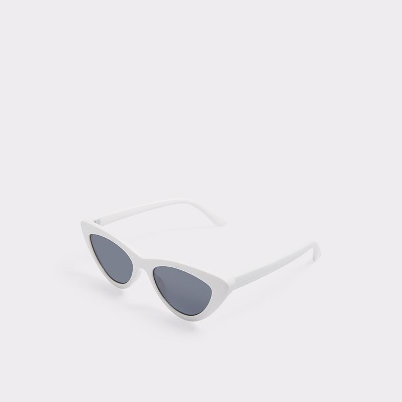 5. Les lunettes soleil dites Oeil de chat font également un retour et leur petite touche retro donne un charme certain à vos tenues. Très populaires en blanc, vous pouvez aussi les prendre noires si vous êtes plus conservatrices niveau binocles. - Aldo