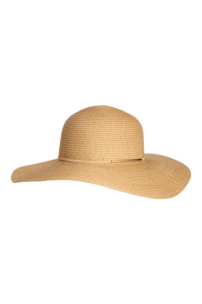 7. Vous ne voudriez pas bronzer à la Trump avec vos lunettes soleil qui vous font une face de racoon, alors je vous propose un chapeau bien simple pour vous couvrir le visage et avoir une vibe de jolie paysanne. - H&M