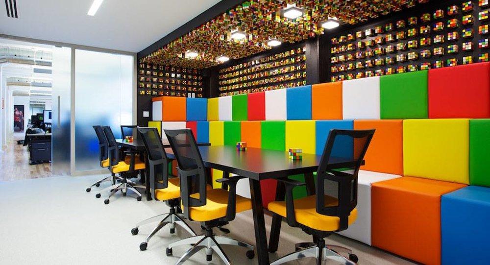 Bureaux d'Ubisoft à Montréal, Intégrations de plusieurs centaines de cubes Rubik aux murs et au plafond