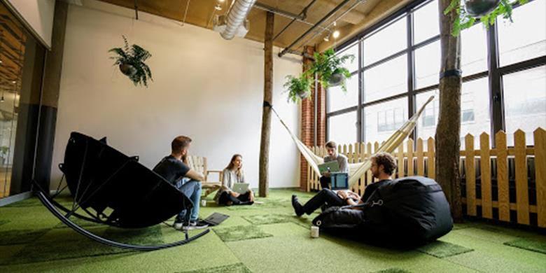 Les bureaux de l'entreprise GSoft avec une zone de poufs et hamacs