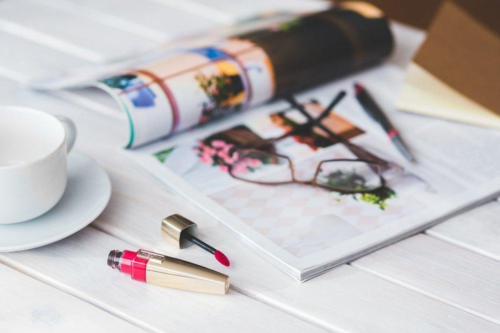 Notre chroniqueuse mode Aj.Makeup vous aide à faire votre trousse beauté de voyage avec ces produits essentiels à amener avec vous. -