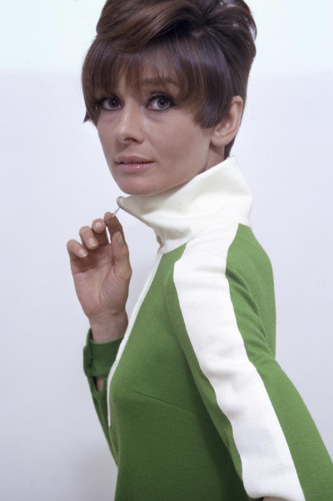 """Audrey Hepburn posant dans une robe de Mary Quant pour le film """"Two for the road"""" en 1967."""