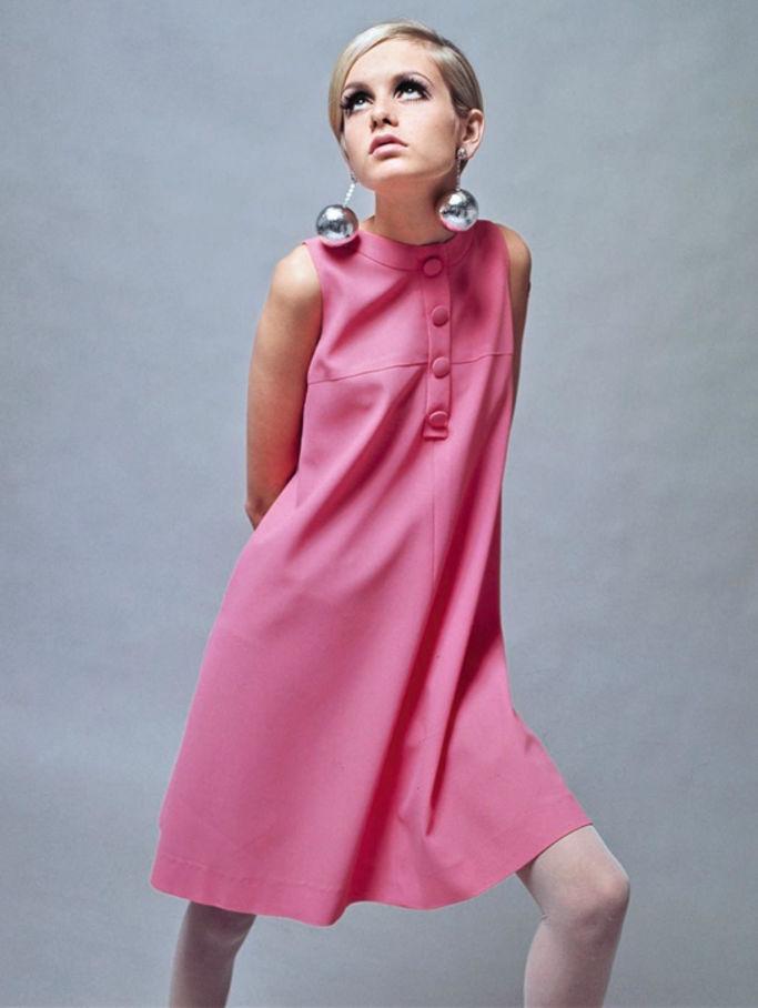 - Twiggy, la première supermodel de l'histoire et icône des swinging 60's portant une robe de Mary Quant.