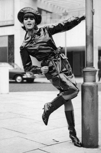 Ensemble de pluie créé en 1963 représentatif du Wet Look de Mary Quant.