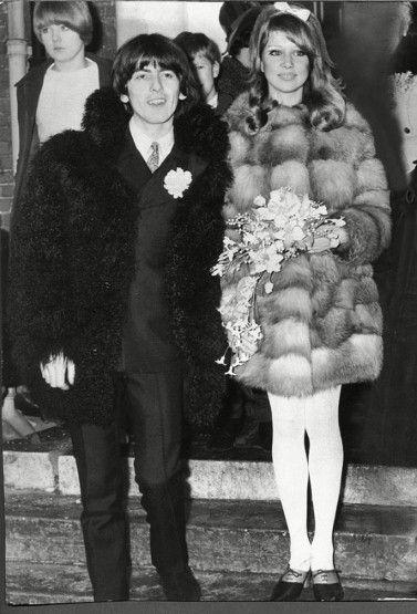 George Harrison des Beatles et Pattie Boyd le jour de leur mariage en 1966 portant des manteaux de fourrure signés Quant.