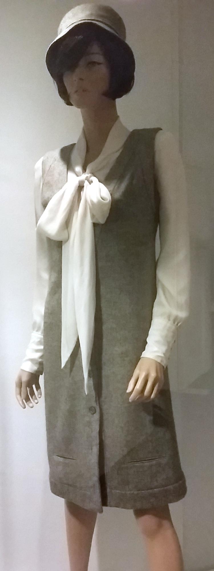 Cette robe remporta en 1963 le tout premier prix de la robe qui représente le mieux les nouvelles idées de la mode contemporaine par le Fashion Museum de Bath.