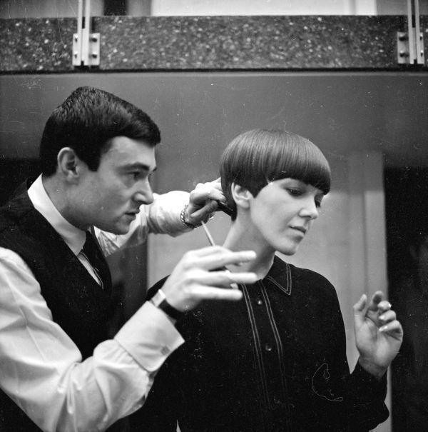 Vidal Sassoon et Mary Quant en 1964. Il créa pour elle l'icônique coupe géométrique à 5 pointes.
