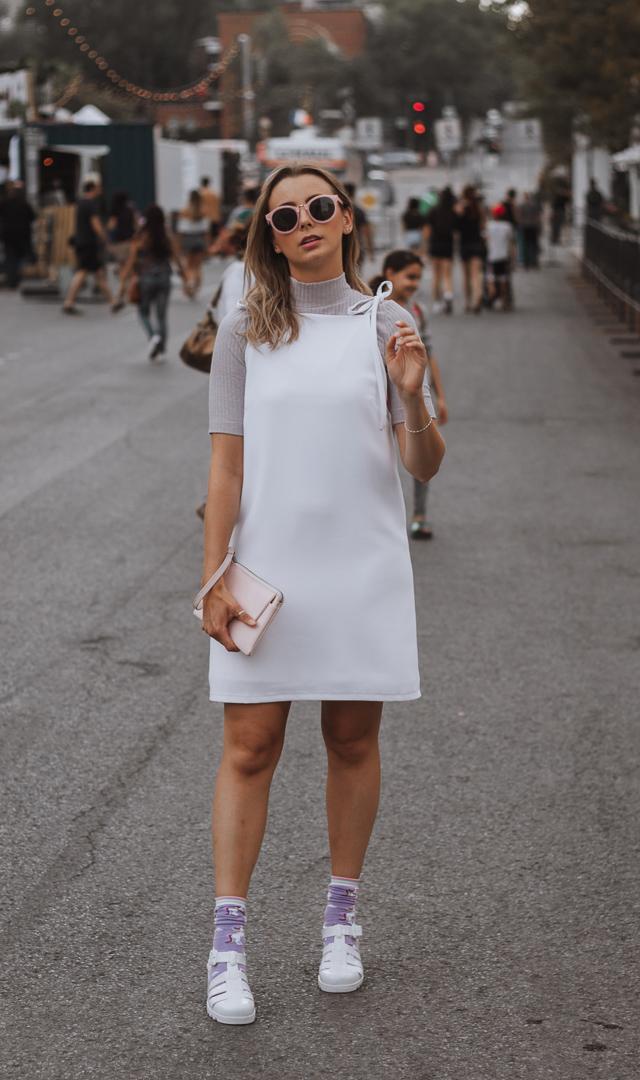 Lauriane Bergeron (  @leblogdelb  ) qui porte une robe de F.Capuano (  @fcapuanomtl  ) , un t-shirt Frank and Oak, un sac à main Matt and Nat et des bas Simons
