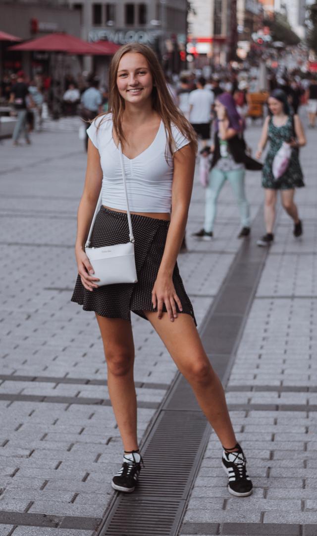 Katie porte un chandail et une jupe de Brandy Melville et des chaussures Adidas achetées chez Little Burgundy