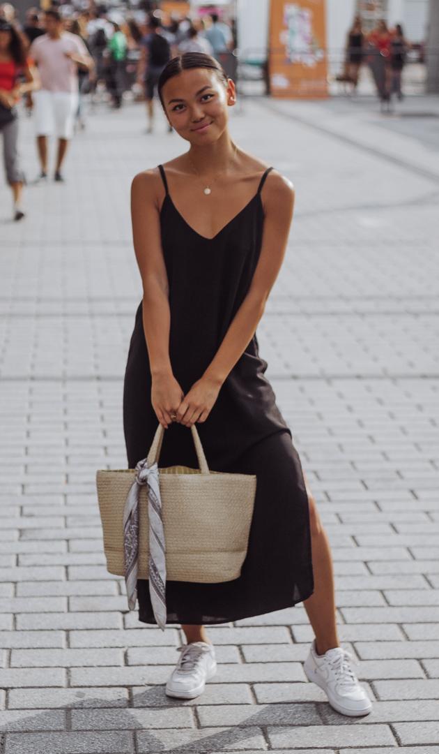 @em.aubin  porte une robe Editorial Boutique, un sac H&M avec foulard Aldo et des espadrilles Foot Locker Kids (hihi elle a des mini pieds comme les miens)
