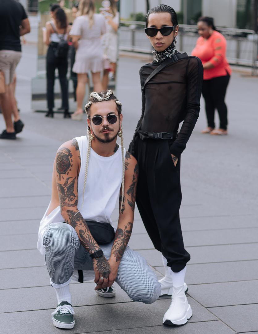 Le gars que tu connais pas (  @_legarsquetuconnaispas  ) porte un t-shirt H&M coupé, un pantalon du Village des valeurs, des bijoux Kawala, un sac banane Y-3 et des chaussures Vans. Tommy (  @its_tomz  ) porte des chaussures Mm6 Margiela, un top Matières Fécales (  @matieresfecales  )et un choker fait par lui-même.