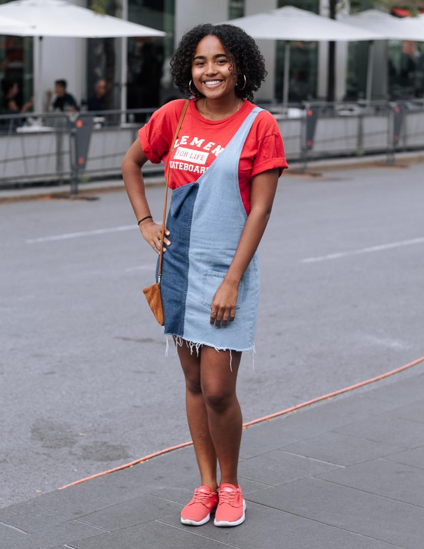 Yaelle porte une robe H&M et un t-shirt Element.