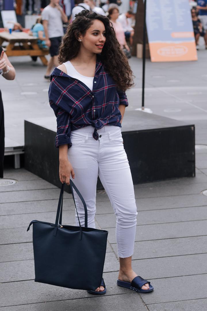 Joelle  porte un sac et une chemise H&M, des pantalons Zara et des sandales achetées à Dubai.