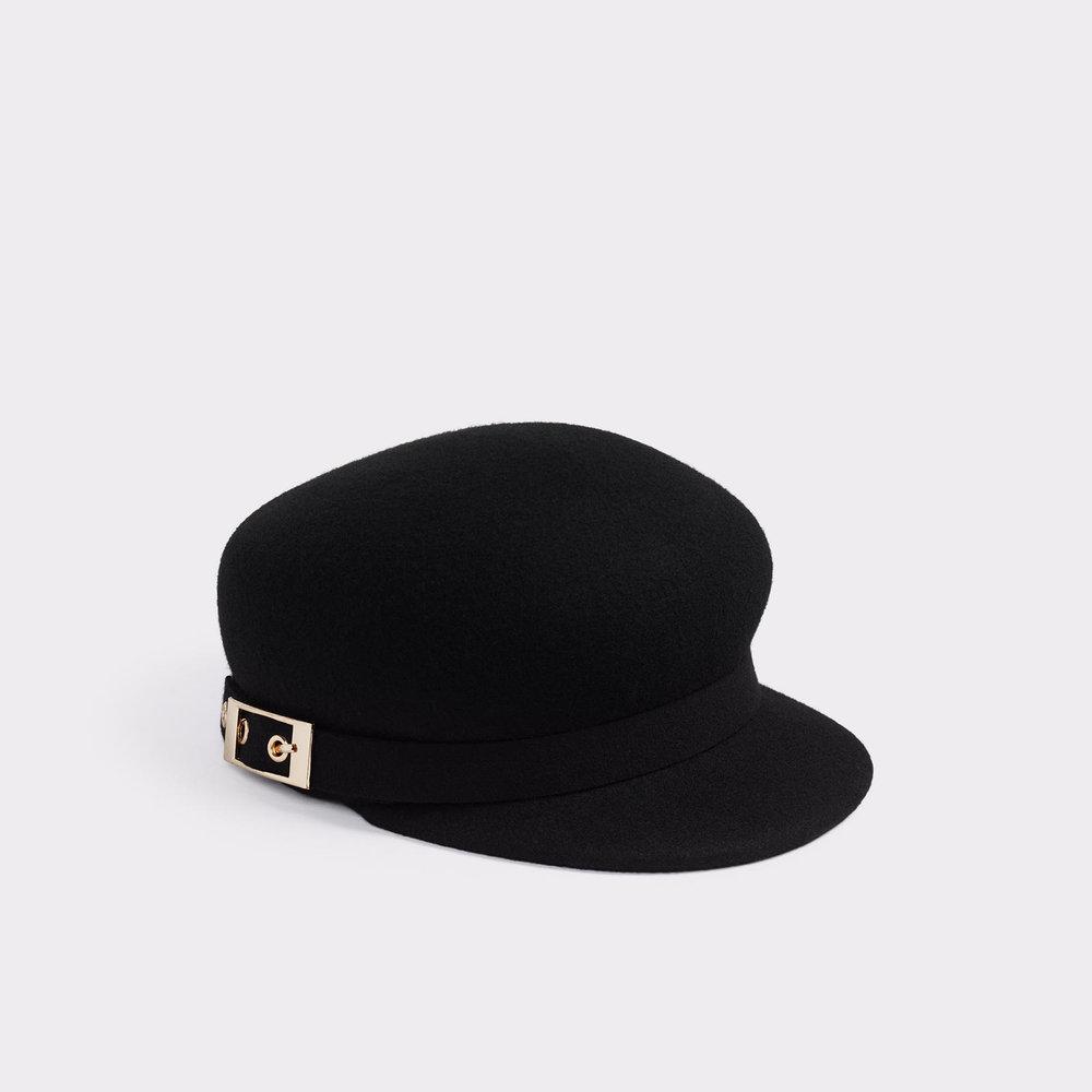 6. Pour lier les chaussures au reste de l'ensemble, j'ajoute une casquette noire que j'aime surtout à cause de sa simplicité et de sa petite touche de doré via l'attache sur le côté. - Aldo