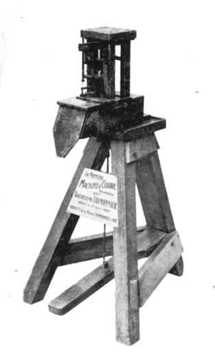 Le premier modèle de la machine à coudre de Barthélémi Thimonnier appelé « la couseuse ». Elle produisait un point de chainette à un fil.