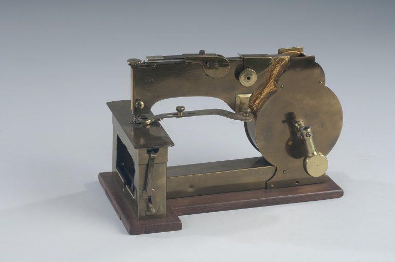 Machine à coudre de Walter Hunt fabriquée vers 1832. Ce fut la première machine à deux fils utilisant une canette et produisant un point droit.