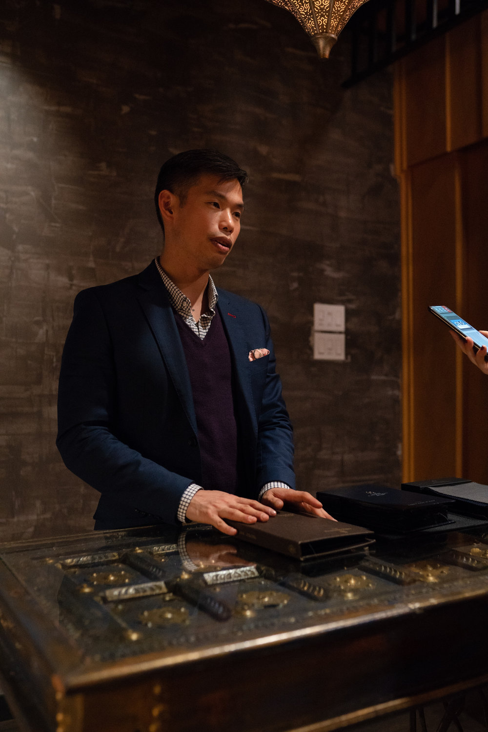 Nathon Kong en train de me présenter les tissus