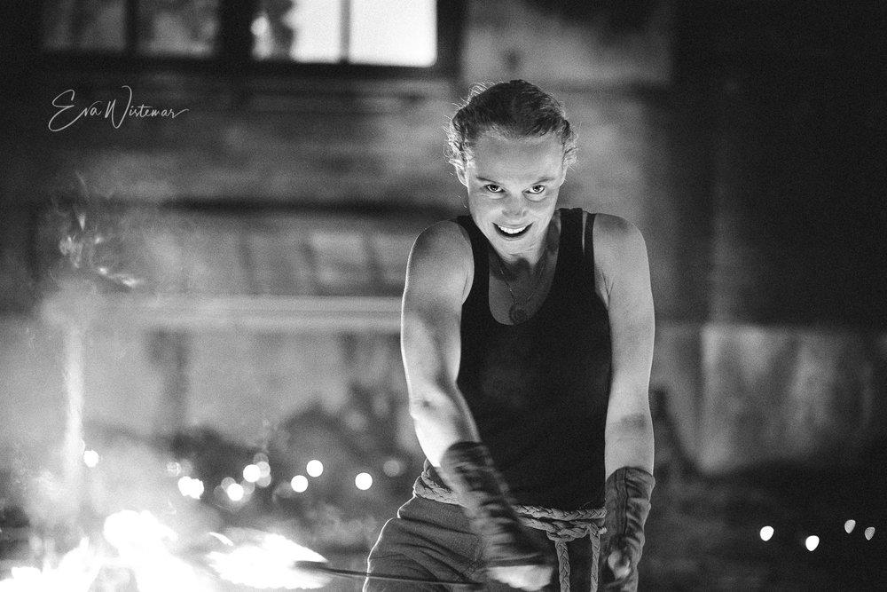 Anna - Anna Mattisson har uppträtt med eld i tio år och älskar det. I sitt uttryck är hon dansant, teatralisk och ofta väldigt lycklig. Anna ser livet som en berättelse, vilket syns både i hur hon lever, vad hon skriver och i hennes scenframträdanden. Förutom elden gillar hon att skapa med ord och bild och sitter i styrelsen för en cirkusförening. Hon är också kulturproducent och bra på att styra upp event och större shower!