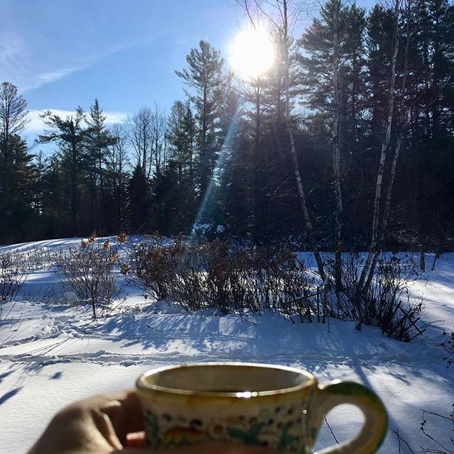 Some mornings here are  just too beautiful to capture (but I tried anyway!) 🌲☀️❄️ . . . . . #travel #instatravel #wanderlustwednesday #vermont #snow #usa #nature #anotherhomeawayfromhome